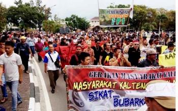 Pendemo menggelar long march saat aksi menuntut pembubaran FPI di Bundaran Besar, Palangka Raya, Jumat (20/1/2017). BORNEONEWS/BUDI YULIANTO