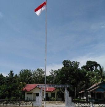 BARU : Bendara Merah Putih yang baru sudah dipasang dan berkibar di halaman Kantor Kelurahan Gaung Baru, Kecamatan Rakumpit, Palangka Raya, Jumat (20/1/2017). ISTIMEWA