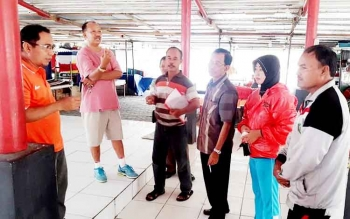 Sejumlah anggota Komisi II DPRD Kotawaringin Timur saat meninjau kesiapan eks Mentaya Teater sebagai tempat relokasi PKL Taman Kota, belum lama ini. BORNEONEWS/M. RIFQI