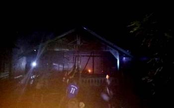 Sejumlah warga sedang berusaha memadamkan api yang membakar tiga buah rumah di Desa Sungai Paring, Kecamatan Cemapaga, Jumat (20/1/2017).