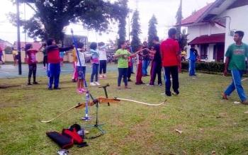 Sejumlah murid sekolah dasar sedang berlatih dasar memanah di pekarangan Dinas Pemuda Olahraga Kebudayaan dan Pariwisata, Kabupaten Barito Selatan, Jumat (20/1/2016). (BORNEONEWS/URIUTU)