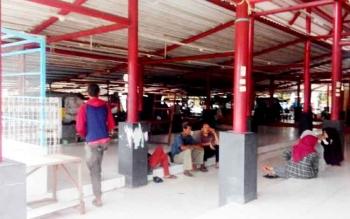 Sejumlah pedagang kaki lima yang mulanya berjualan di sekitar Taman Kota, sudah mulai berpindah tempat di bangunan baru Eks Mentaya Theatre, Jumat (20/1/2017).