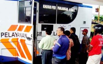 SIMLING - Tampak sejumlah warga mengurus perpanjangan SIM melalui mobil pelayanan SIM keliling. BORNEONEWS/FAHRUDDIN FITRIYA