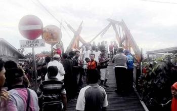 Jembatan Muara Anjir Mambulau yang ambruk karena ditabrak tongkang. BORNEONEWS/DJIMMY NAPOLEON