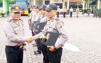 Kapolres AKBP Roy HM Sihombing saat menyerahkan sepeda motor operasional secara simbolis kepada personel Kepolisian Resor Barito Utara. (BORNEO/RAMADHANI)