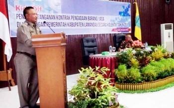 Bupati Lamandau Marukan memberikan sambutan saat Kick Off penandatanganan kontrak pengadaan barang dan jasa, Jumat (20/1/2017). BORNEONEWS/HENDY NURFALAH