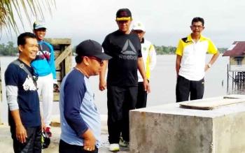 Bupati Pulang Pisau Edy Pratowo (kaos hitam) saat meninjau pembangunan kembali Jembatan Cukai di Juara Anjir Pulang Pisau, Jumat (20/1/2017). BORNEONEWS/JAMES DONNY