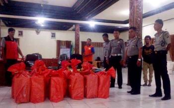 Sejumlah aparat Kepolisian Resor Barito Selatan menjaga surat suara yang tiba di kantor KPU, Jumat (20/1/2017 malam. (BORNEONEWS/URIUTU DJAPER)