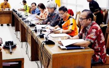 Dahlim Banjar Nahor, saat mendampingi empat perawakilan pejabat Non-Job Pemprov Kalteng di hadapan DPRD Kalteng di ruang rapat Komisi A, Jumat