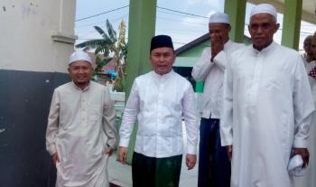 Gubernur Sugianto usai melaksanakan Sholat Jumat di Masjid Fathul Janah di Jalan RTA Milono Palangka Raya, Jumat (20/1/2017). BORNEONEWS/M ROZIQIN