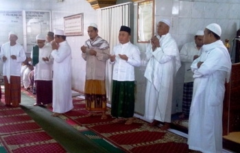 Gubernur Kalteng Sugianto Sabran saat melaksanakan Sholat Jumat di Masjid Fathul Janah di Jalan RTA Milono Palangka Raya, Jumat (20/1/2017). BORNEONEWS/M ROZIQIN