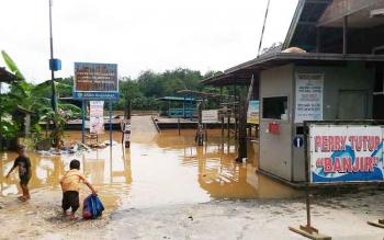 Sungai Kahayan meluap, akibat tingginya intensitas hujan, sehingga aktivitas ferry penyeberangan kendaraan roda dua dan roda empat di Kuala Kurun dihentikan sementara, Sabtu (21/1/2017). BORNEONEWS/EPRA SENTOSA