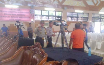 Kapolres Barito Selatan, AKBP Yussak Angga memantau persiapan debat kandidat di Jaro Pirarahan Buntok. BORNEONEWS/URIUTU