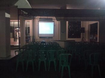 Layar monitor telah terpasang di depan Gedung Jaro Pirarahan, Buntok, Sabtu (21/1/2017) malam. BORNEONEWS/URIUTU DJAPER