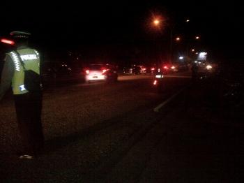 Aparat Polres Barsel mengatur lalu lintas di depan Gedung Jaro Pirarahan, Buntok sesaat sebelum dilaksanakan acara debat kandidat, Sabtu (21/1/2017) malam ini. BORNEONEWS/URIUTU DJAPER