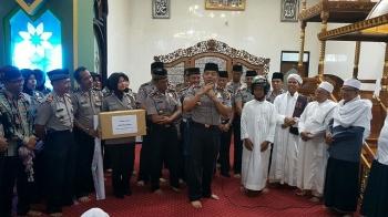 Kapolres Kapuas AKBP Jukiman Situmorang memberikan penjelasan mengenai program sambang polwan kepada jemaah masjid, Jumat (20/1/2017). BORNEONEWS/DJIMMI NAPOLEON