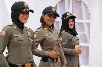 Tiga peremuan anggota Satpol PP Pulang Pisau ini nampak anggun saat mengenakan jilbab. BORNEONEWS/JAMES DONNY