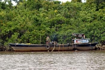 Dua buah kapal sedang menyedot pasir dari dalam Sungai Kahayan wilayah Pulang Pisau. Saat ini aktivitas tambang galian C di wilayah Pilang Pisau belum tergali maksimal. BORNEONEWS/JAMES DONNY