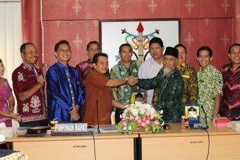 BERSALAMAN : Riduanto, Ketua Komisi A DPRD Kota Palangka Raya bersalaman dengan ketua rombongan DPRD Balangan. BORNEONEWS/TESTI PRISCILLA\r\n