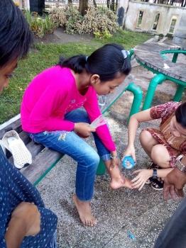 Noni (barju pink) anak perempuan korban terlindas mobil di arena car free day. (BORNEO/ROZIQIN)