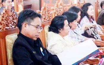 Anggota DPRD Kabupaten Gunung Mas Herbert Y Asin (berkacamata) saat mengikuti rapat paripurna, beberapa waktu lalu. (BORNEONEWS/EPRA SENTOSA)