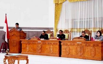 Anggota DPRD Kabupaten Gunung Mas Herbert Y Asin menyampaikan pemandangan umum Fraksi Golkar di sidang paripurna, beberapa waktu lalu. (BORNEONEWS/EPRA SENTOSA)
