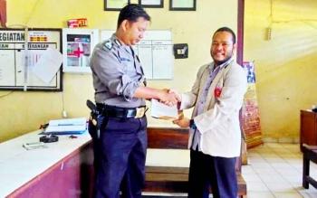 Ketua Pimpinan Pemuda Muhammadiyah Katingan Lutfi Fauzi menyerahkan surat pengaduan kepada anggota Polsek Katingan Hilir, Minggu (22/1/2017). BORNEONEWS/ABDUL GOFUR