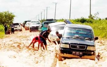 Kondisi jalan Pangkalan Bun-Kotawaringin Lama sulit dilalui saat musim hujan, tidak sedikit kendaraan terperosok di jalur tersebut. BORNEONEWS/FAHRUDIN FITRIYA