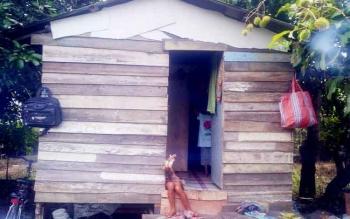 Beginilah kondisi rumah Nina, gadis kecil penjual sulur keladi. D rumah ini Nina tinggal bersama ayah, ibu, dan adiknya. (BORNEONEWS/URIUTU DJAPER)