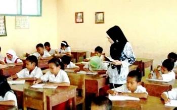 GURU - Tampak salah satu guru saat mengajar di ruang kelas.(BORNEONEWS/FAHRUDDIN FITRIYA)