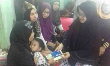 Penyerahan bantuan untuk keluarga almarhum Silon. BORNEONEWS/FAHRUDDIN FITRIYA
