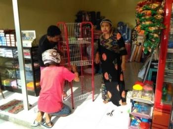 Pedagang Pasar Baru Patanak mengatur barang dagangannya di blok pasar yang baru. BORNEONEWS/JAMES DONNY