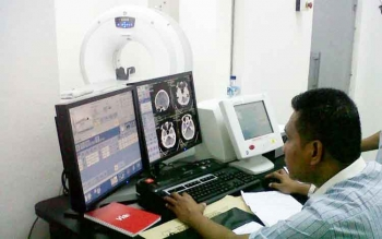 Radiografer sedang mengoperasikan CT Scan milik RSUD Sultan Imanuddin Pangkalan Bun. BORNEONEWS/WAHYU KRIDA