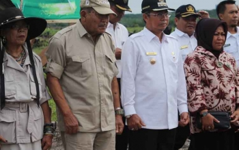 Bupati Seruyan Sudarsono (dua kanan) bersama Komisaris Utama Musirawas Group, Jenderal (Purn) TNI Widjojo Soejono (dua kiri) didampingi istri masing-masing. BORNEONEWS/PARNEN