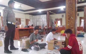 Polisi memantau proses penyortiran dan pelipatan surat suara pilkada Barito Selatan, Senin (23/1/2017). (BORNEONEWS/URIUTU)