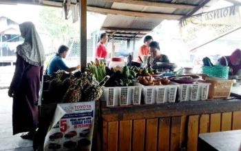 Pedagang sayur di Pasar Saik Sukamara. BORNEONEWS/NORHASANAH