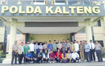FOTO BERSAMA : Waka Polda Kalteng Kombes Suroto dan pejabat utama Polda foto bersama gabungan ormas keagamaan Islam, Senin (23/1/2017). BORNEONEWS/BUDI YULIANTO