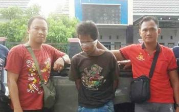 Robby (tengah), pelaku pencurian kendaraan bermotor di Desa Jabiren, Kecamatan Jabiren Raya, Kabupaten Pulang Pisau, diapit petugas Polsek Jabiren Raya. (BORNEONEWS/JAMES DONNY)