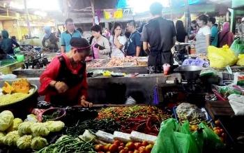 SEPI-Seorang pedagang sayur di Pasar Besar, Palangka Raya tampak sepi pembeli, hal ini disinyalir tingginya harga cabai yang hingga saat ini masih bertahan di angka Rp150.000. BORNEONEWS/TESTI PRISCILLA