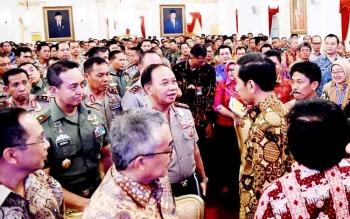 BENANG BINTIK- Menteri LHK Siti Nurbaya (batik merah bata) mengenakan benang Bintik batik khas Kalteng bermotif batang garing dan huma betang, Senin (23/1/2017). BORNEONEWS/TESTI PRISCILLA
