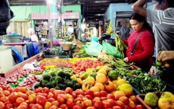 BERLIMPAH-Tomat segar berlimpah di salah satu lapak penjual sayur di Pasar Besar Palangka Raya, Senin (23/1/2017). BORNEONEWS/TESTI PROSCILLA