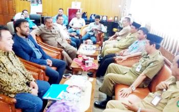 Wakil Bupati Kotim Taufiq Mukri dan Sekda Kotim Putu Sudarsana mendengarkan penjelasan dari Lalitkumar, investor pabrik gula dari di India, saat berkunjung ke Sampit, Senin (23/1/2017). BORNEONEWS/M HAMIM