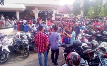 Warga rela berdiri di luar Gedung Jaro Pirarahan, Kota Buntok, Kabupaten Barito Selatan, untuk mengikuti perayaan Natal keluarga besar PDIP Kalteng, Senin (23/1/2017). (BORNEONEWS/URIUTU)