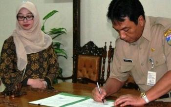 Sekda Jepara, Sholih saat menandatangani dokumen kerja sama antar kabupaten. (BORNEONEWS/FAHRUDDIN)