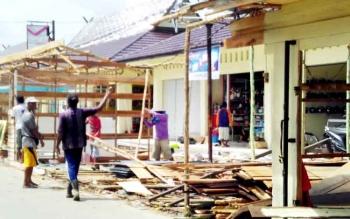 DIBONGKAR : Para pedagang di Tingang Menteng, Pulang Pisau membongkar sendiri blok pasar sementara, Senin (23/1/2017). BORNEONEWS/JAMES DONNY