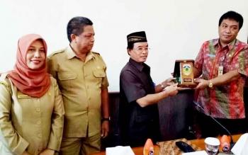 Sekda Jepara, Sholih memberikan (kanan) cenderamata kepada Sekda Kobar, Masradin di Kantor Bupati Kobar, Senin (23/1/2017).
