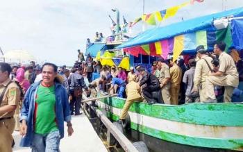 Masyarakat saat turun dari kapal di Pelabuhan Jelai tempat pelaksanaan syukuran laut di Sukamara. BORNEONEWS/NORHASANAH