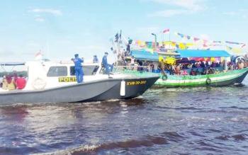 Armada Direktorat Polair Polda Kalteng saat mengamankan kapal nelayan yang ikut prosesi tabur bunga. BORNEONEWS/NORHASANAH