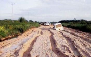 Ruas jalan Pangkalan Bun - Kotawaringin Lama, tyang rusak parah selama musim hujan. (BORNEONEWS/RADEN)