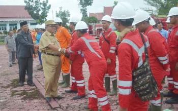 Bupati Sukamara Ahmad Dirman dan Wakil Bupati Sukamara Windu Subagio bersalaman dengan petugas pemadam kebakaran. BORNEONEWS/NORHASANAH